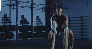 Sportowy mężczyzna pracujący z arkanami w gym out zdjęcie wideo
