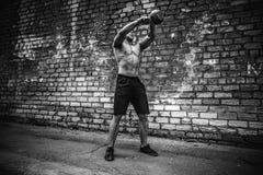 Sportowy mężczyzna pracujący z kettlebell out Siła i motywacja zdjęcia royalty free