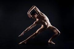 Sportowy mężczyzna robi joga w czarnym barwionym studiu obraz royalty free