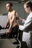 Sportowy mężczyzna z kardiogram elektrodami Obrazy Royalty Free