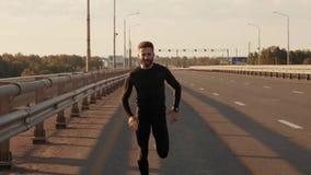 Sportowy młodego człowieka bieg w naturze Zdrowy Styl życia zbiory wideo