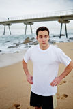 Sportowy młody biegacz odpoczywa po intensywny jogging na plaży Obraz Royalty Free