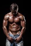 Sportowy młody człowiek na czarnym tle Zdjęcie Royalty Free