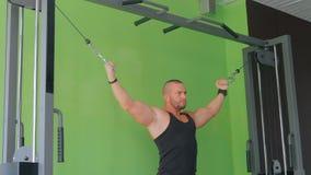 Sportowy młody człowiek pracujący na sprawności fizycznej ćwiczenia wyposażeniu przy gym out zbiory