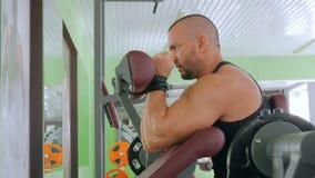 Sportowy młody człowiek pracujący na sprawności fizycznej ćwiczenia wyposażeniu przy gym out zbiory wideo