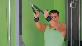 Sportowy młody człowiek pracujący na sprawności fizycznej ćwiczenia wyposażeniu przy gym out zdjęcie wideo