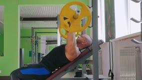 Sportowy młody człowiek robi ćwiczeniom z barbell przy gym, sprawność fizyczna klub zbiory wideo