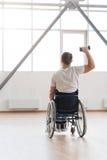 Sportowy młody nieważny ćwiczyć z ciężarami w gym fotografia royalty free