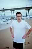 Sportowy młody sportowiec odpoczywa po intensywnego ranku jogging stać na plaży Zdjęcie Royalty Free