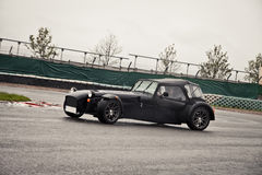 Sportowy samochód na śladzie Zdjęcia Royalty Free
