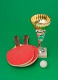 Sportpreise und Tennisschläger auf grüner Tabelle Stockbild