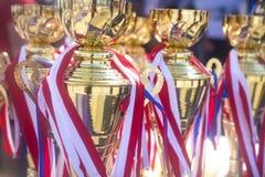 Sportpreisschalen und -medaillen an den Wettbewerben Preise sprachen Meister von Sportwettbewerben zu Schale und Bedal stockfotos