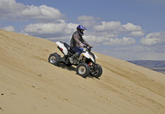 sportquad incliné de sable de montagne photographie stock libre de droits