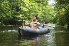 Sportrecreatie op kajak Vrije tijdstoerisme in kano Twee vrienden zwemmen in boot met roeispanen kayaking Canoeing royalty-vrije stock afbeeldingen