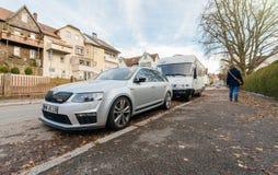 Sportrennwagen Skodas RS parkte auf deutscher Straße mit Hausba Lizenzfreies Stockbild