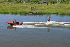 Sports aquatiques dans le ski d'eau d'été sur la planche de surf Photo libre de droits