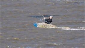 Sports aquatiques de kitesurfer de kitesurf de planche à voile folâtrant des personnes banque de vidéos