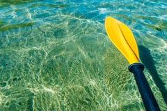 Sports aquatiques de palette de kayak photo libre de droits