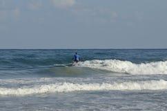 Sports aquatiques extrêmes surfants Images stock
