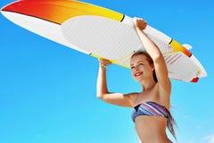 Sports aquatiques récréationnels d'été Surfer Femme avec la planche de surf photographie stock libre de droits