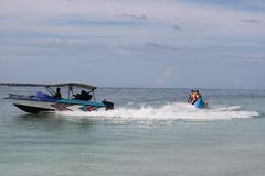 Sports aquatiques sur la plage photos libres de droits