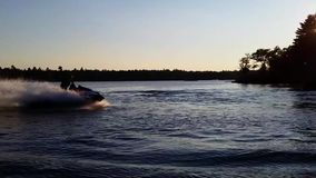 Sports aquatiques - tour de coucher du soleil banque de vidéos