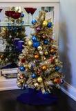 Sports - arbre de Noël orienté dans la maison par des étagères des verres de vin image stock