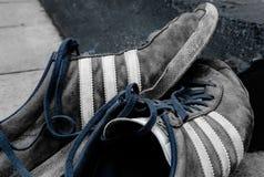 Sports bien connus habillement et fabricant de chaussure, montrant les chaussures portées en dehors d'un porche Photographie stock