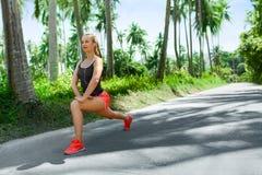sports Coureur de femme de forme physique s'étendant avant course Exercice, photos libres de droits