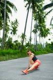 sports Coureur de femme de forme physique s'étendant avant course Exercice, image stock