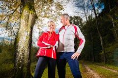 Sports d'aînés s'exerçant sur un chemin forestier Photographie stock libre de droits