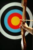 Sports den Bogenschützen, der sich vorbereitet abzufeuern Stockfotografie