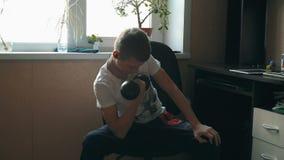 Sports et éducation physique Enfant de l'adolescence caucasien de garçon jouant des sports avec des haltères banque de vidéos