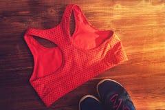 Sports et accessoires de forme physique : espadrilles et soutien-gorge Photographie stock