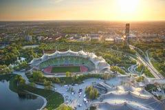 Sports et bâtiments commerciaux allumés en rougeoyant léger au coucher du soleil image stock