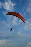 Sports extrêmes de Paramotor volant sur le ciel bleu Photos stock