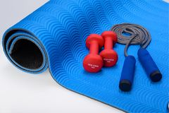 Free Sports Fitness Accessories Dumbell And Skipping Rope Royalty Free Stock Photos - 112749608