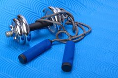 Free Sports Fitness Accessories Dumbell And Skipping Rope Royalty Free Stock Photo - 112750525