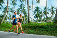 sports Fonctionnement de couples de coureur, pulsant sur la route Forme physique, saine photographie stock libre de droits