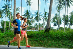 sports Fonctionnement de couples de coureur, pulsant sur la route Forme physique, saine photos libres de droits