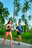 sports Fonctionnement de couples de coureur, pulsant sur la route Forme physique, saine photo stock