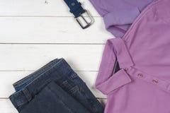 Sports T-shirt et espadrilles dans des couleurs lumineuses Vue supérieure Photographie stock