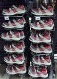 Sportsandalen und -turnschuhe im Speicher für Verkauf Lizenzfreie Stockbilder