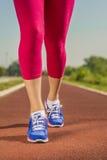 Sportschoenen die close-up in werking stellen Stock Foto's