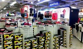 Sportschoenen in Intersport Tampere, Finland Stock Fotografie
