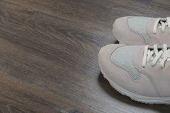Sportschoenen op grijze vloer thuis royalty-vrije stock foto