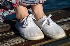 Sportschuhe auf dem Strand Women& x27; s-Schuhe auf einem schönen Frühling DA Stockfotografie