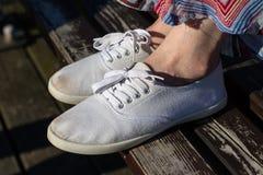Sportschuhe auf dem Strand Women& x27; s-Schuhe auf einem schönen Frühling DA Lizenzfreies Stockbild