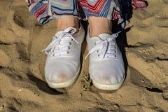 Sportschuhe auf dem Strand Women& x27; s-Schuhe auf einem schönen Frühling DA Stockbilder