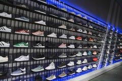 Sportschuhe auf Regalen in Adidas-Sport kaufen Lizenzfreies Stockfoto